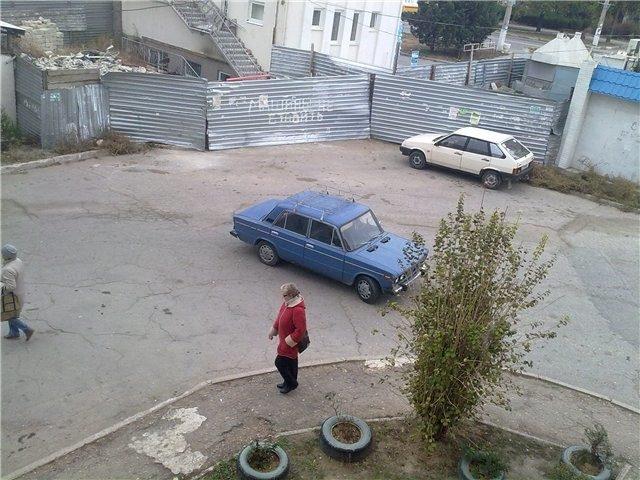 Парковка по середине двора
