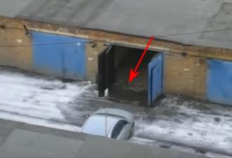 девушка ставит машину в гараж