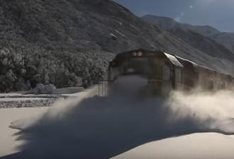 Поезд на большой скорости мчится сквозь глубокий снег