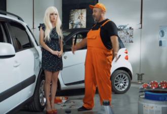 Блондинка неудачно припарковалась