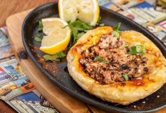 Открытый пирожок с мясом в арабском стиле