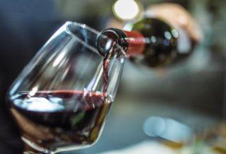 Известный сомелье Марк Олдман знает, что, когда вы выбираете вино, то ваши глаза скользят к самому дешевому. Известный сомелье объяснил, почему нужно покупать самое дешевое вино И он знает, что потом многие из нас переводят взгляд немного выше, чтобы выбрать второе или третье с конца вино, чтобы не показаться слишком… дешевым. Что еще он знает? Что лучше выбрать таки самое дешевое. В своей книге «Как пить как миллиардер» Олдман пишет, что директора винных заводов, ресторанов и сомелье знают эту вашу хитрость и просчитали каждый ваш шаг еще до вашего приезда. Известный сомелье объяснил, почему нужно покупать самое дешевое вино «Зная, что 2-3-я позиции с конца будут продаваться быстрее всего, они могут специально ставить туда бракованные бутылки вина, иногда даже маркируя его более заметно». «Если вы в ресторане, не постесняйтесь заказать самое дешевое вино, которым другие посетители обычно пренебрегают, боясь показаться экономными или скупыми. Чем дольше его не покупают другие, тем больше оно лежит и становится ценнее». Выбирая, что лучше — покупать вино по бокалам или сразу бутылку, Олдман советует сразу разделить стоимость бутылки на 5, чтобы посмотреть, сколько вы переплачиваете за бокал.