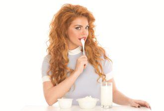 Молоко длительного хранения ненатуральное? Правда ли, что от молочных продуктов полнеют? Что делать, если у вас непереносимость лактозы? Эти и другие вопросы мы задали экспертам Национального союза производителей молока, чтобы проверить10 мифов о молочных продуктах. Миф 1. Молоко длительного хранения ненатуральное и не содержит полезных веществ. Для увеличения срока хранения в молоко добавляют консерванты Комментарии эксперта. На самом деле, для сохранения полезных свойств молока в течение длительного времени его подвергают термической обработке. Температура, продолжительность обработки и фасовка в асептическую упаковку определяют длительные сроки хранения молока. Пастеризация – это термическая обработка, при которой продукт нагревают до 72 – 95 градусов Цельсия продолжительностью от 15 секунд до нескольких минут. Существует низкотемпературная (72±2)°С и высокотемпературная (77-100)°С пастеризация. При такой технологии в продукте сохраняются полезные свойства и уничтожаются опасные для здоровья человека бактерии, однако споры этих бактерий могут сохранить свою жизнеспособность, а это в свою очередь может привести к их размножению после вскрытия упаковки или повышения температуры хранения, что приводит к скисанию молока. Поэтому пастеризованное молоко можно хранить несколько дней и только в холодильнике. При стерилизации молоко нагревают свыше 100 градусов с выдержкой, обеспечивающей соответствие готового продукта требованиям промышленной стерильности. Средние режимы: 116-120 градусов, выдержка 15-30 минут. В этом случае уничтожаются все вредные микробы, включая споры, но, к сожалению, разрушается и часть полезных веществ. Стерилизованное молоко может храниться до года в закрытой упаковке и не в холодильнике. Ультрапастеризация – самый современный и наиболее щадящий способ обработки молока. Молоко нагревается до температуры 135-140°С за 4 секунды, еще несколько секунд выдерживается в таком состоянии, после чего быстро охлаждается до комнатной температуры. Весь процес