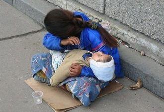 ребенок Всегда спит на руках у попрошаек