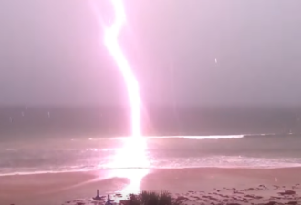 Молния ударила прямо в океан