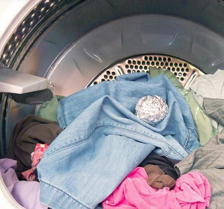 я бросаю шарики из фольги в стиральную машину