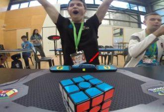 собирают кубик Рубика